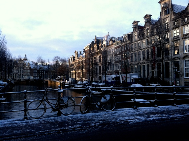 Snowy morning along the Singel canal.